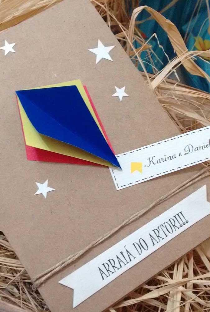 Convite de festa junina artesanal. Destaque para o balão de papel de seda e as estrelinhas coladas uma a uma
