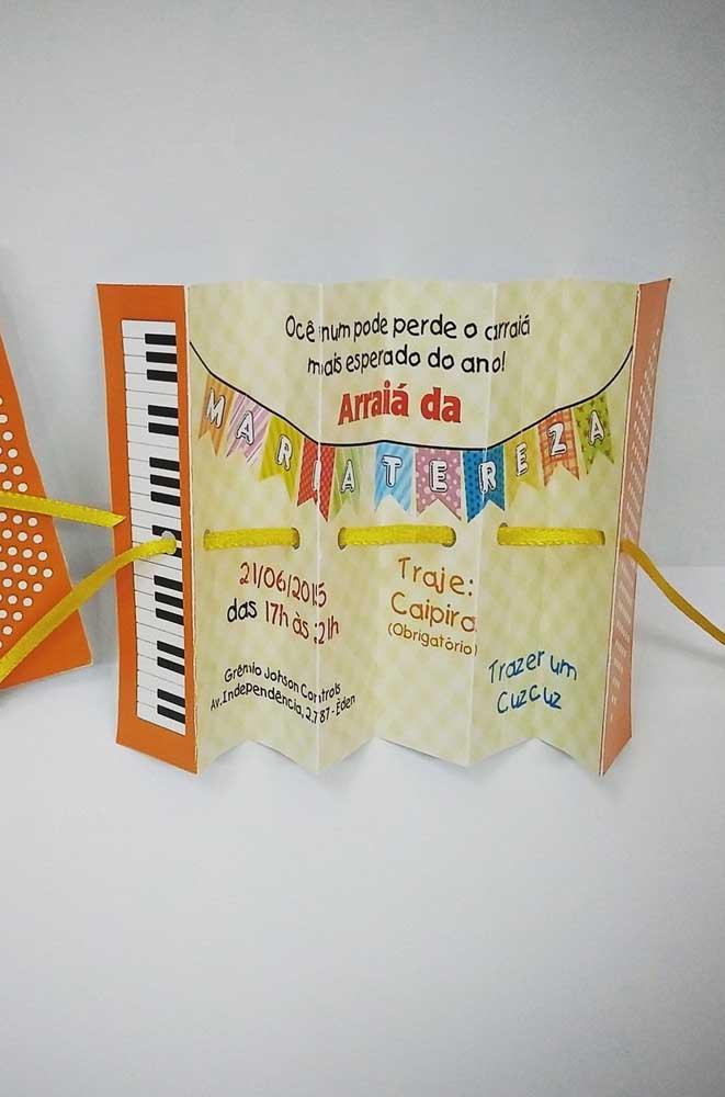 Que tal um convite de festa junina que abre e fecha como uma sanfona? Super criativo!