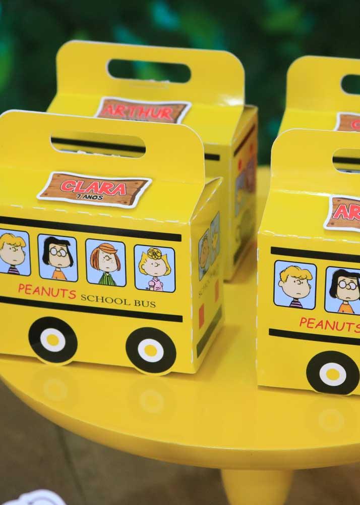 Quem não se lembra do ônibus amarelo da turma do Snoopy?. Na festa, ele aparece como embalagem para as lembrancinhas
