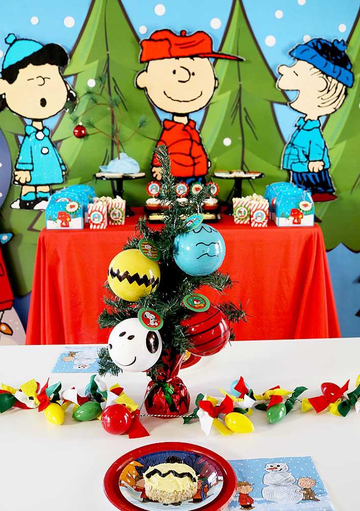 Os personagens da turma ficam todos reunidos em torno do bolo nessa decoração da Festa do Snoopy