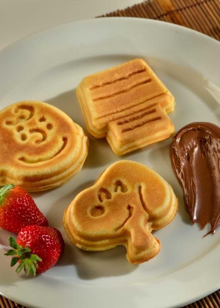 Olha que bela sugestão de cardápio para festa Snoopy: waffles, creme de avelã e morangos
