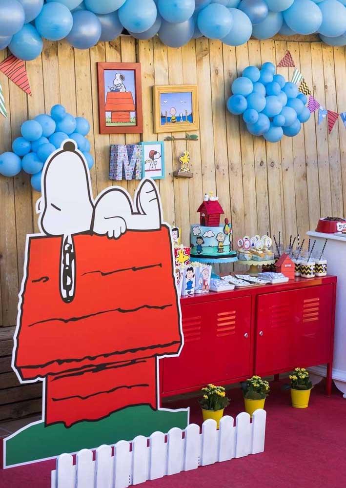O armário vermelho garante o toque vintage e nostálgico dessa decoração da Festa do Snoopy