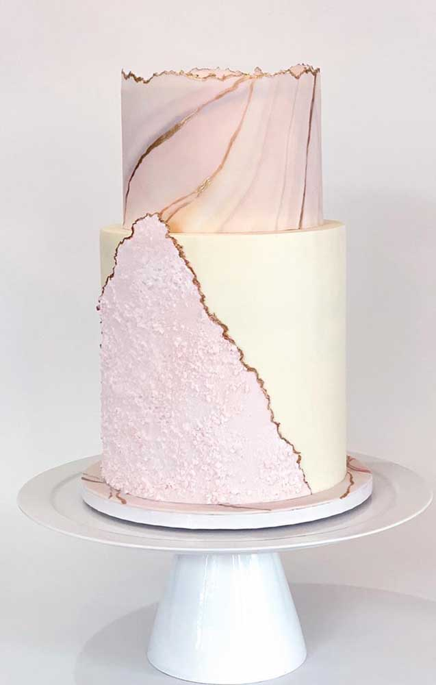 Aproveite a versatilidade dos materiais e crie composições originais no bolo fake