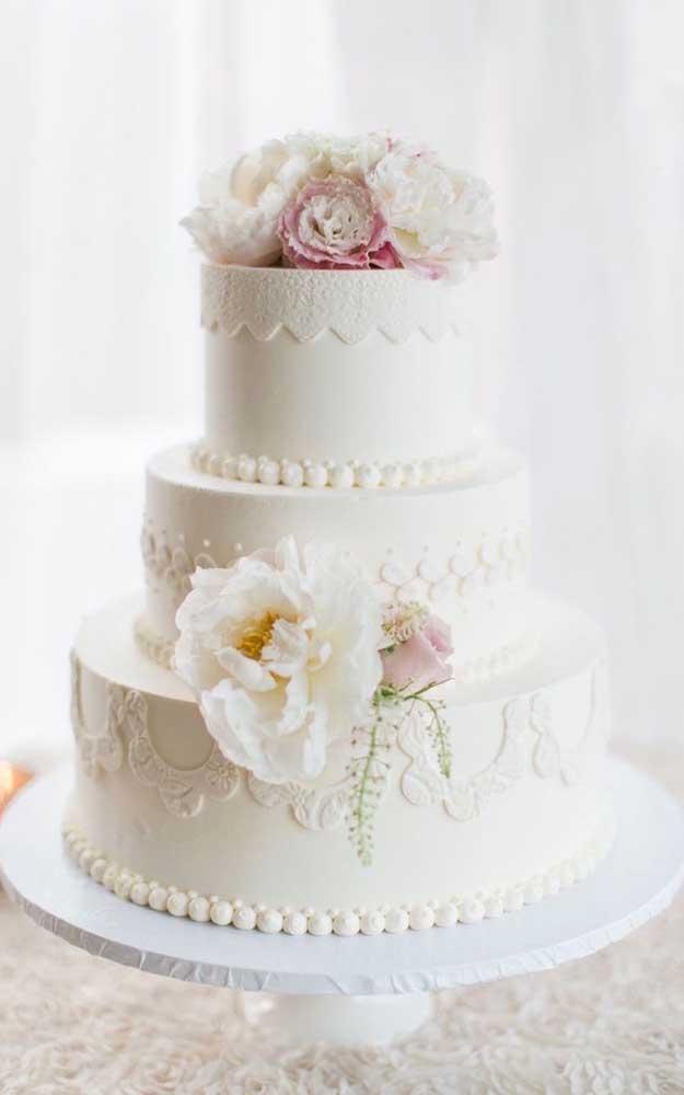 Bolo fake para casamento. Os tons de branco e os detalhes delicados são perfeitos para comemorações desse tipo