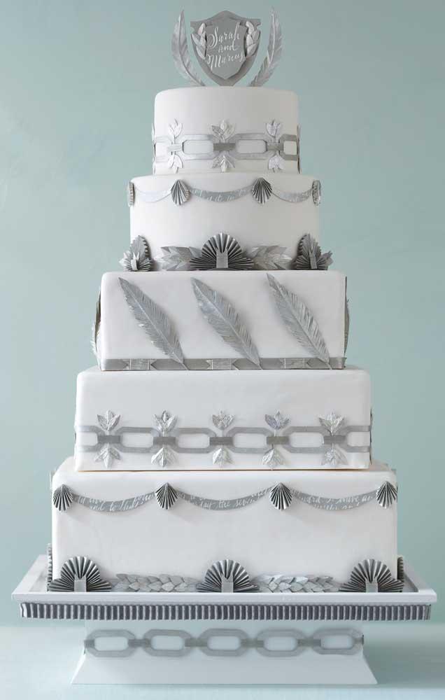 Um toque metálico no bolo fake branco de cinco andares