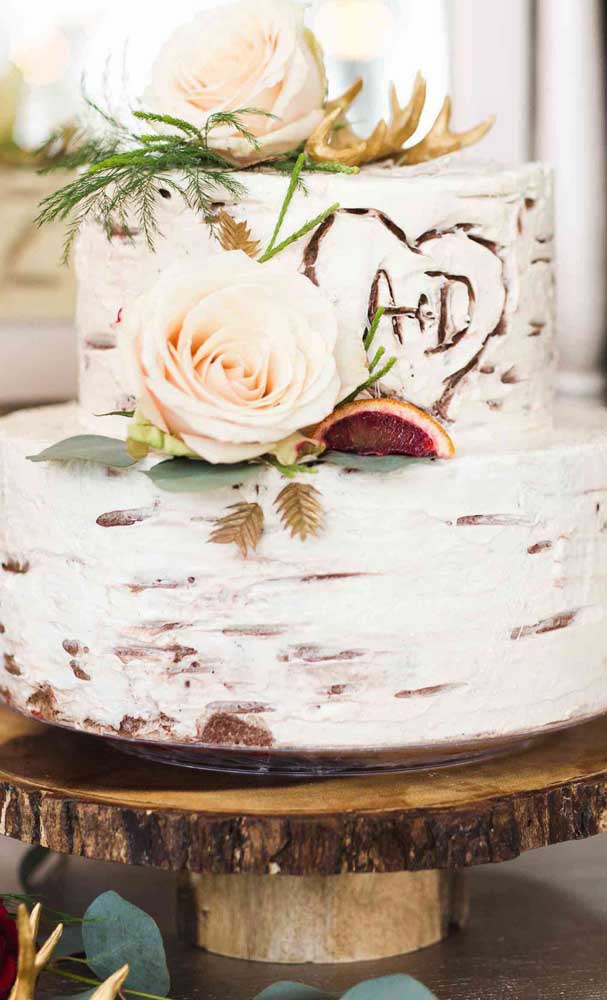 Dá para acreditar que esse bolo é fake? O efeito espatulado ficou super realista, já as flores garantem o toque final à decoração