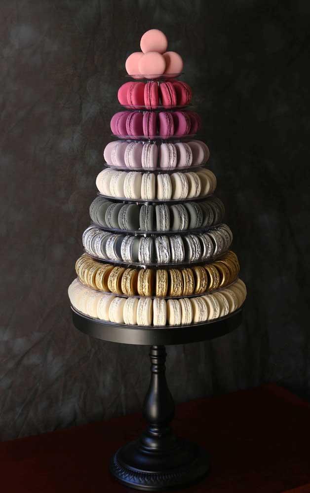 Torre de macaron com formato de bolo. Fake, mas nem tanto assim