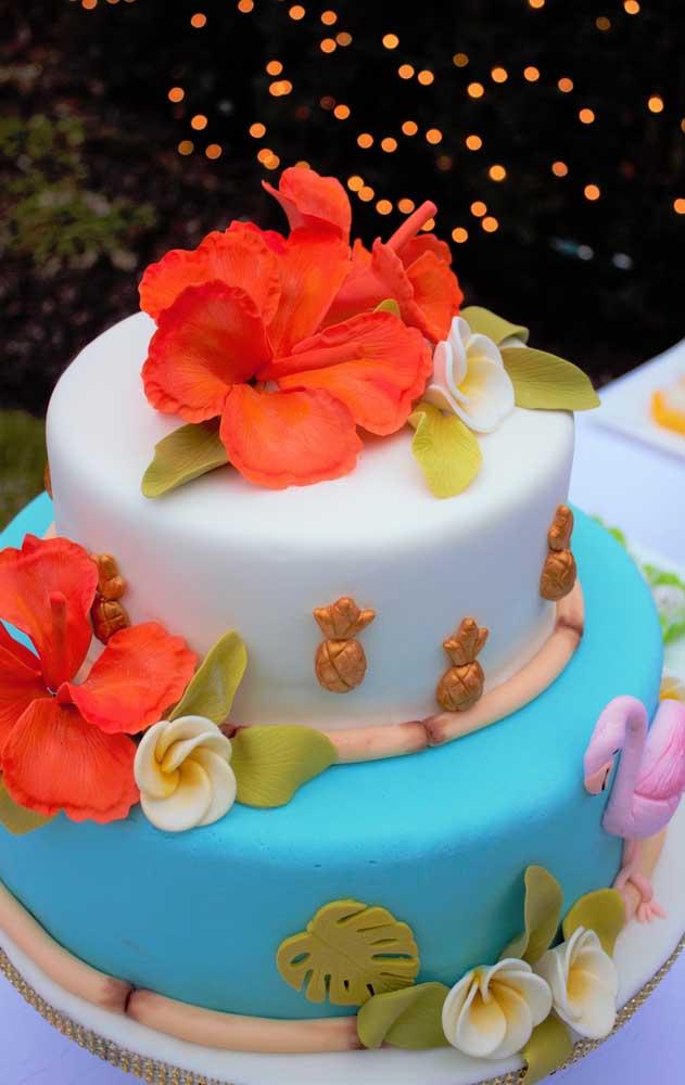 Bolo fake de EVA para celebrar um aniversário de clima tropical