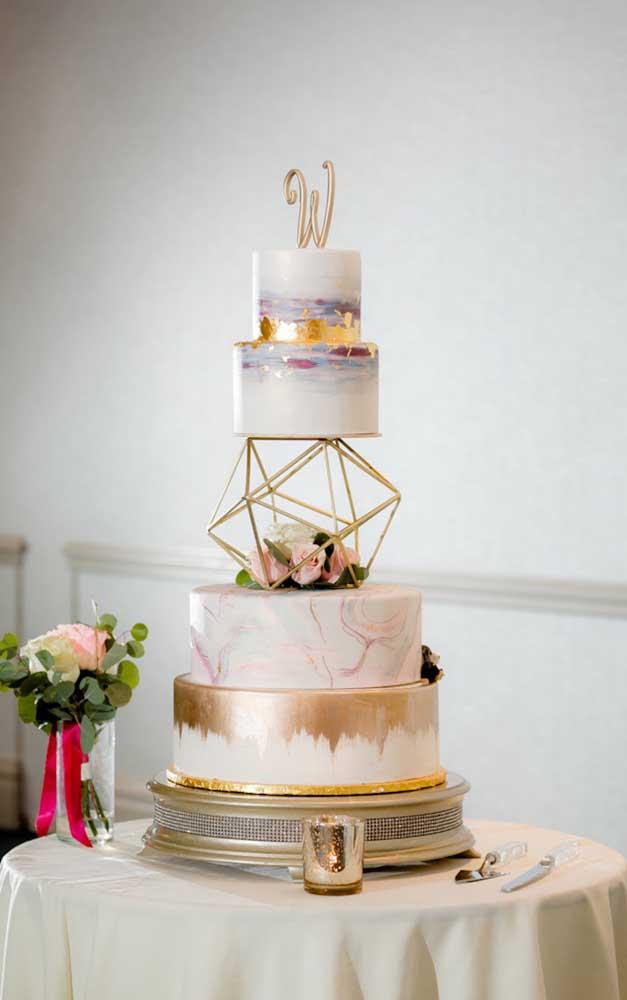 O bolo fake permite criações que em um bolo verdadeiro seriam mais difíceis, como é o caso desse da imagem
