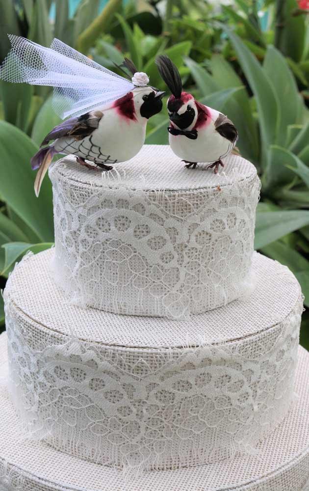 Bolo fake de tecido para casamento. O grande truque é saber escolher o tecido mais apropriado para o tipo de festa