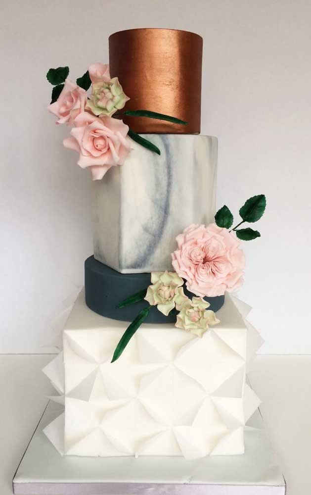 As flores naturais deixam a dúvida se o bolo é ou não de verdade