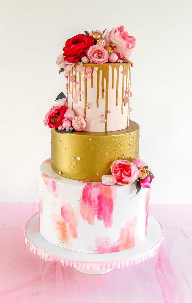 O bolo fake pode assumir as cores e a decoração que você quiser