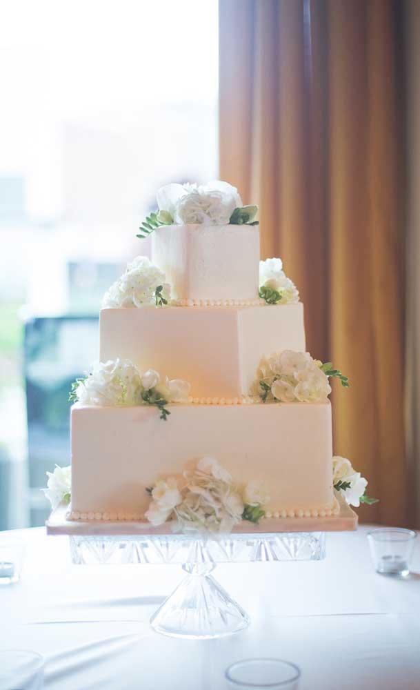 Bolo fake quadrado com três andares para um casamento. É preciso chegar bem pertinho para notar que o bolo não é de verdade