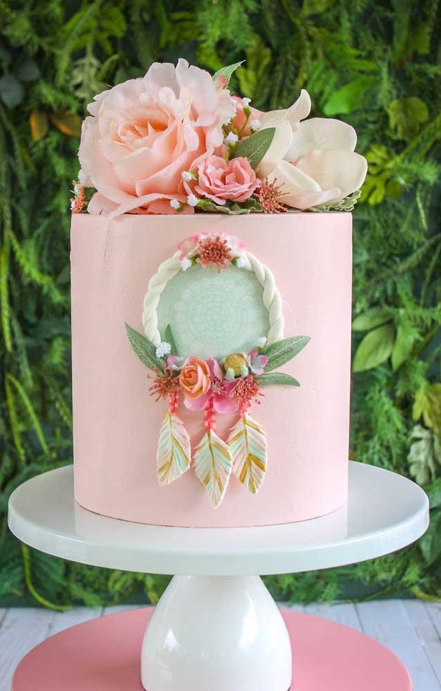 Bolo fake simples de EVA decorado com flores naturais e filtro dos sonhos