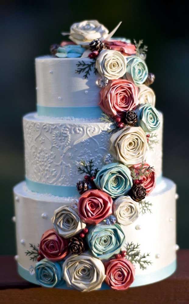 Bolo fake redondo decorado com flores de tecido e mini perólas
