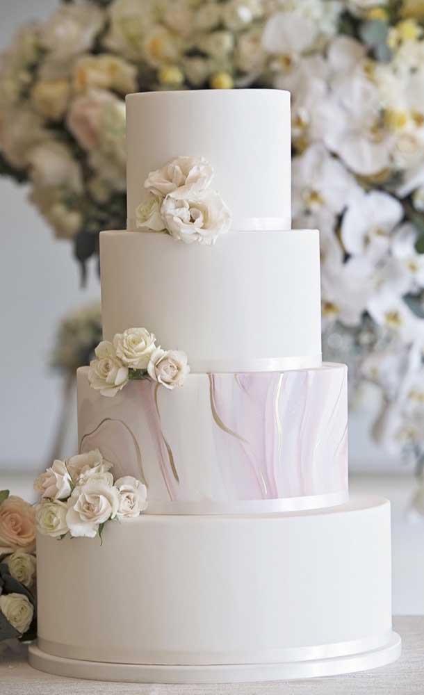 Bolo fake branco super elegante. A cara de um casamento sofisticado