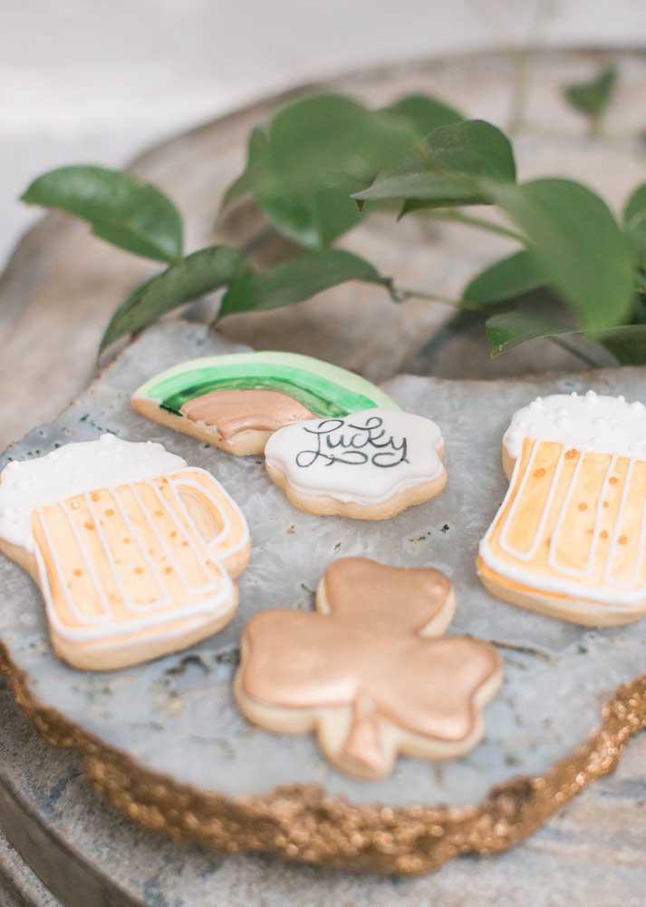 Biscoitinhos decorados com símbolos tradicionais da Irlanda. Além de serem uma ótima opção para o cardápio, eles ainda decoraram a festa