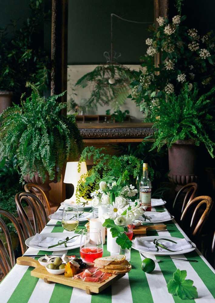 Mesa posta para o dia de São Patrício. A toalha verde e branca faz referência direta a data