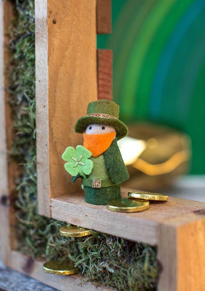 Apaixonante esse pequeno leprechaun de feltro na janela!