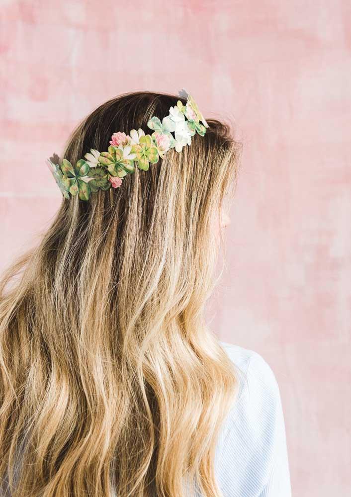 Que tal tiara de flores para enfeitar os cabelos das convidadas?