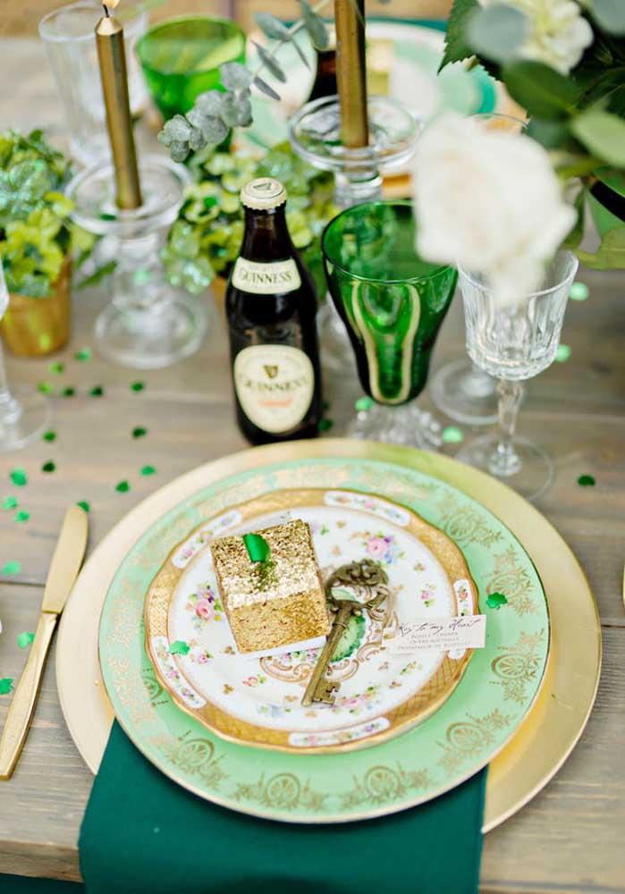 Mesa posta para o dia de Saint Patrick nas cores verde e dourada. A cerveja marca presença