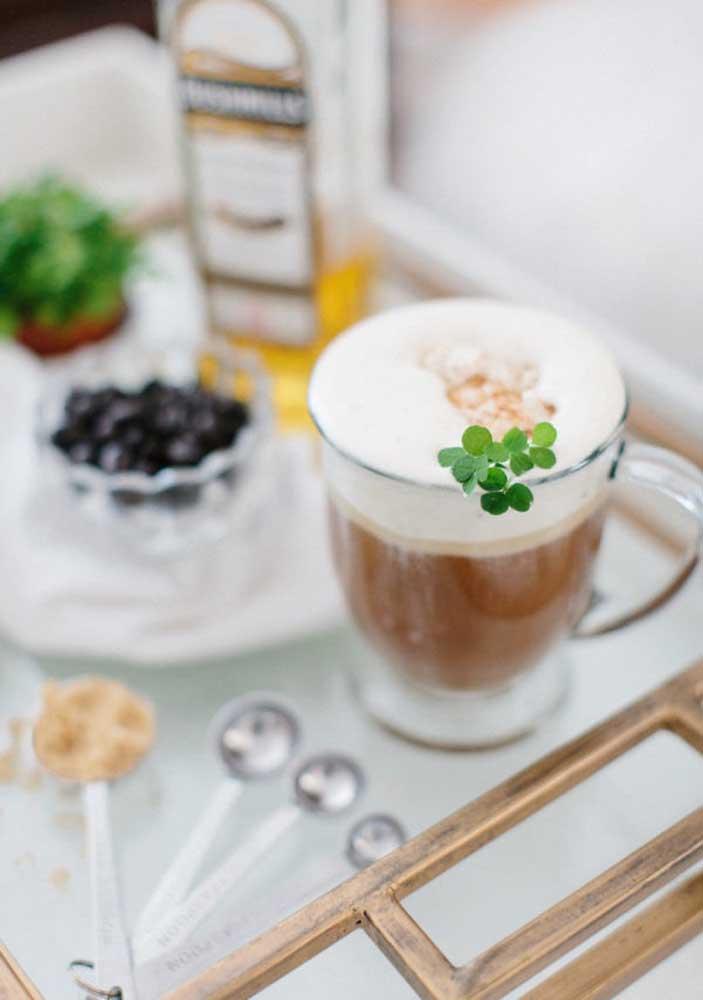 Café irlandês servido com folhas naturais de trevo, linda sugestão não?