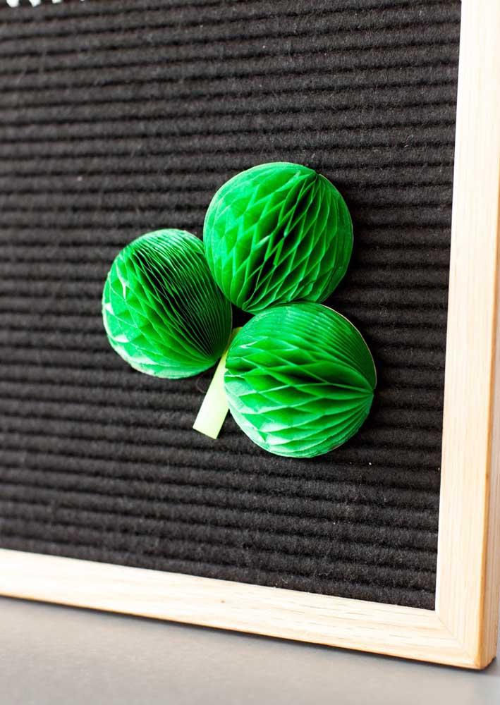 Enfeites de papel na cor verde para decoração da festa de São Patrício