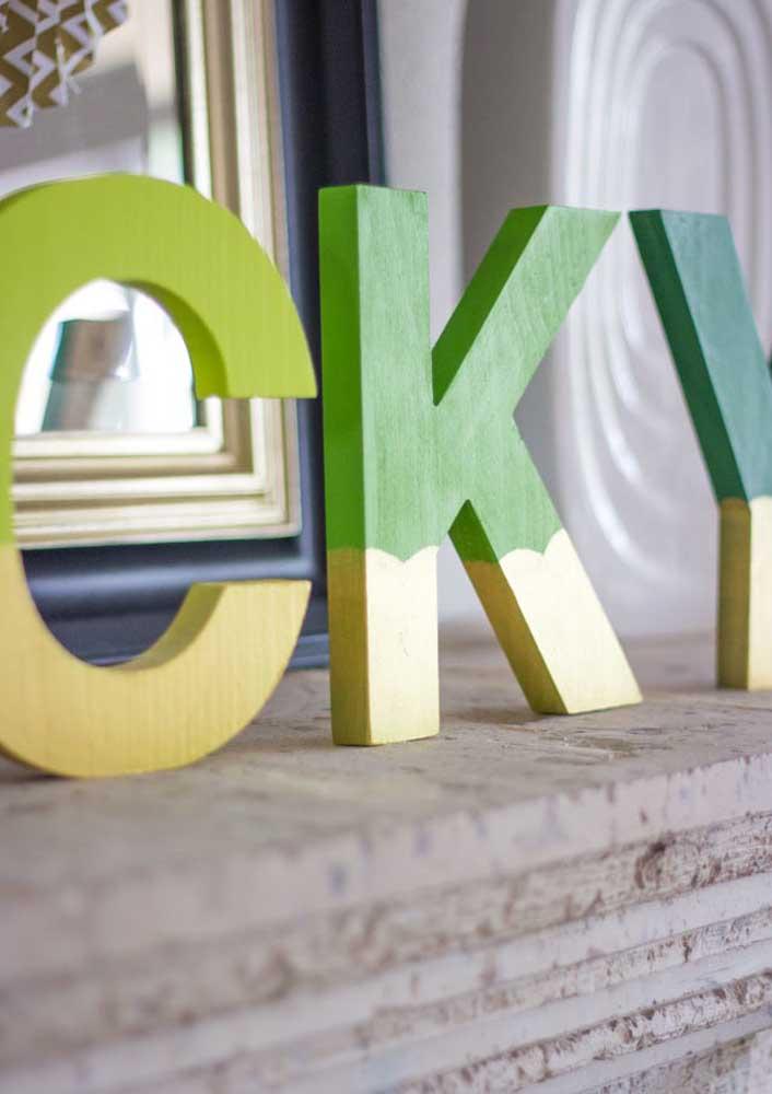 Escreva a palavra sorte com letras grandes de madeira e espalhe pela casa