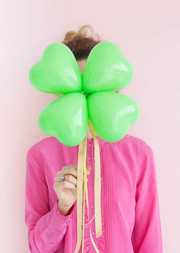 O que acha de fazer um trevo usando balões de coração?