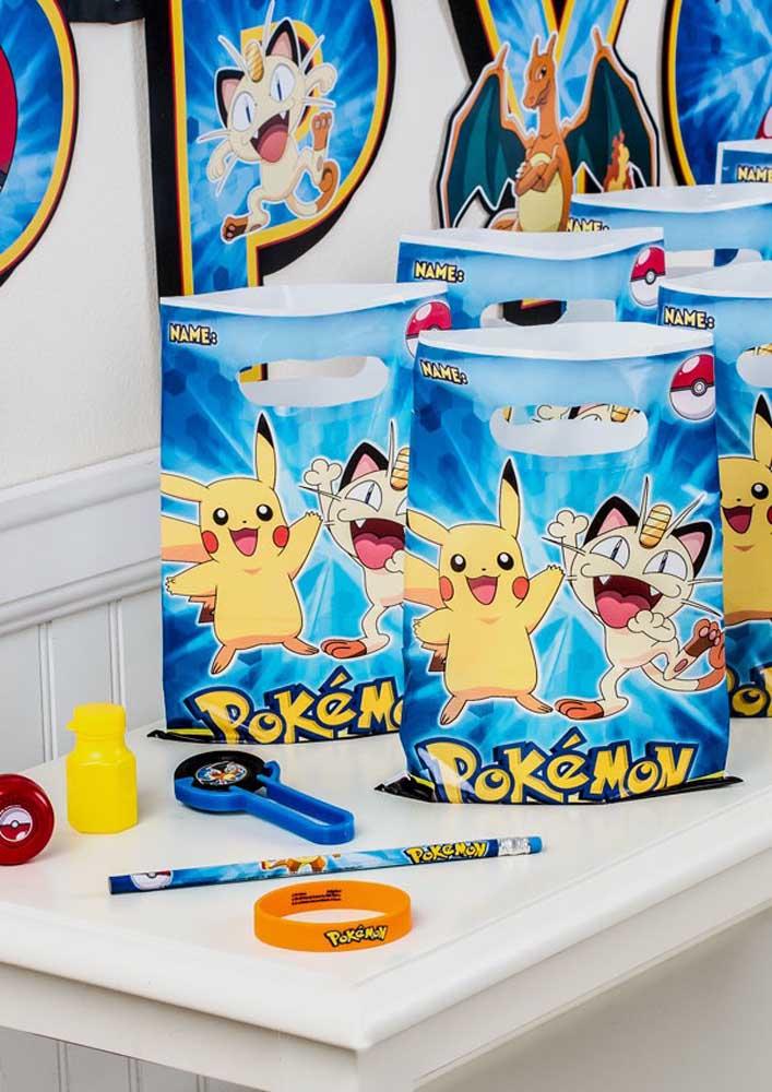 Sacolinhas personalizadas com o tema sempre são perfeitas como lembrancinha pokemon.