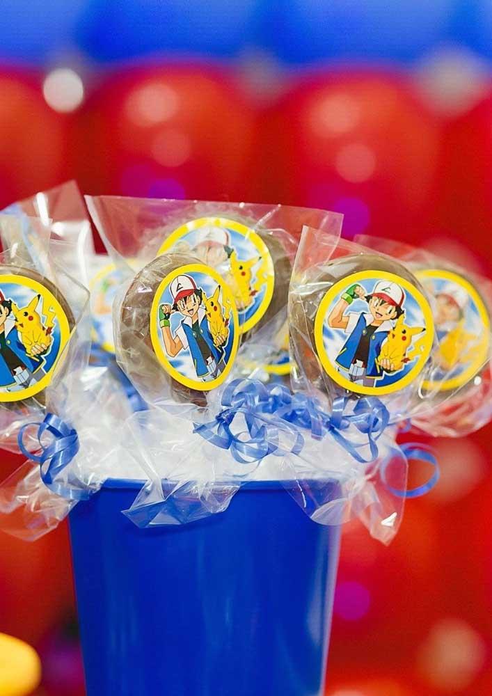 Prepare várias guloseimas para distribuir para as crianças da festa pokemon.