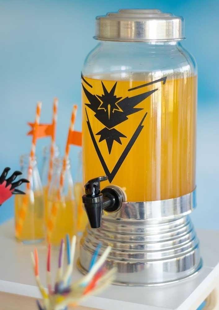 Prepare um cantinho para colocar as bebidas da festa pokemon que devem seguir as cores do tema.