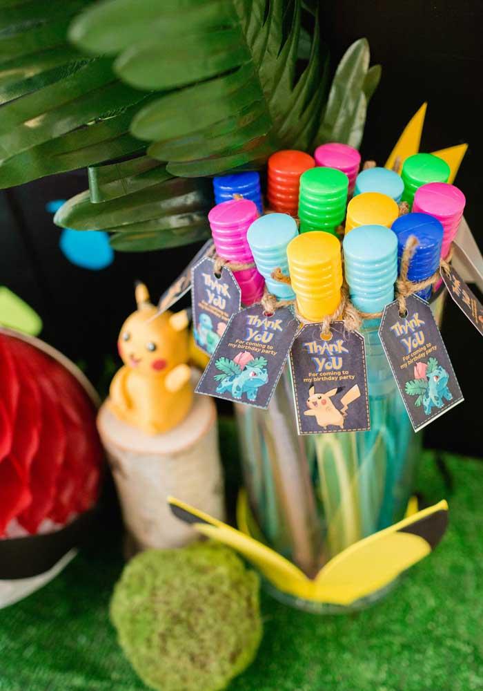 Use e abuse da criatividade para fazer uma decoração colorida para o aniversário pokemon.