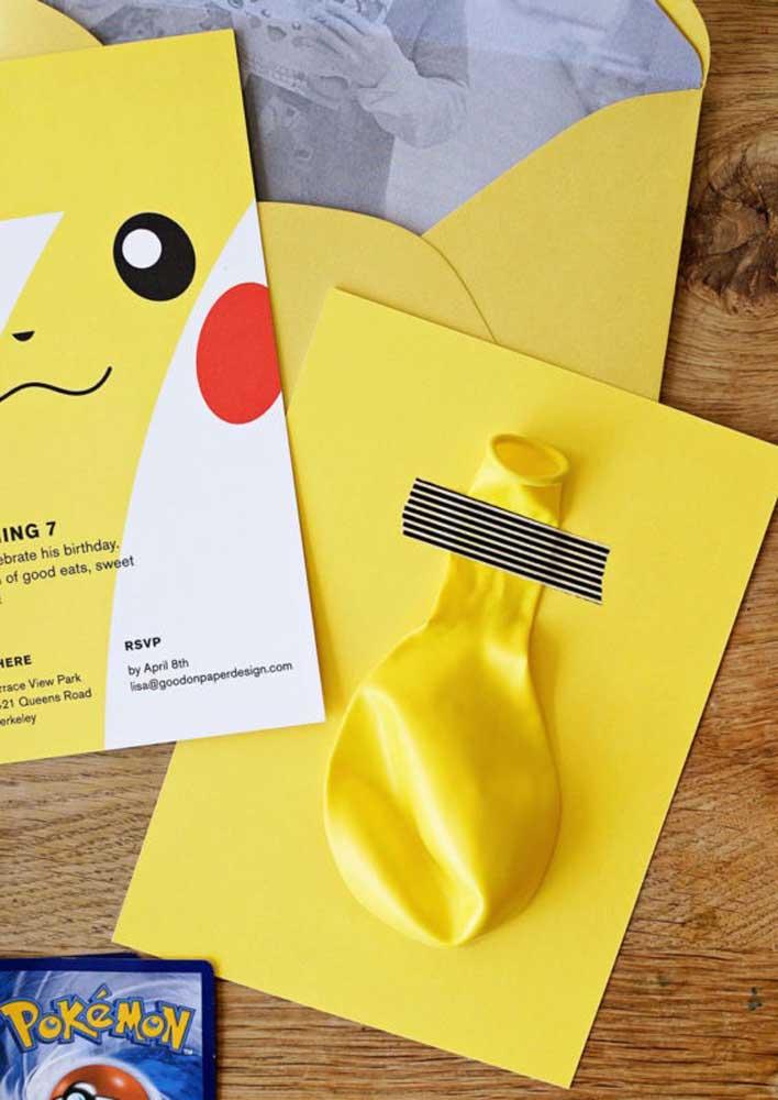 Prepare uma surpresa para os convidados quando for entregar o convite pokemon.