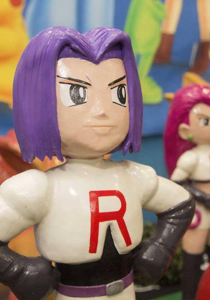 Você pode alugar bonecos dos personagens do Pokemon para fazer uma decoração mais real.