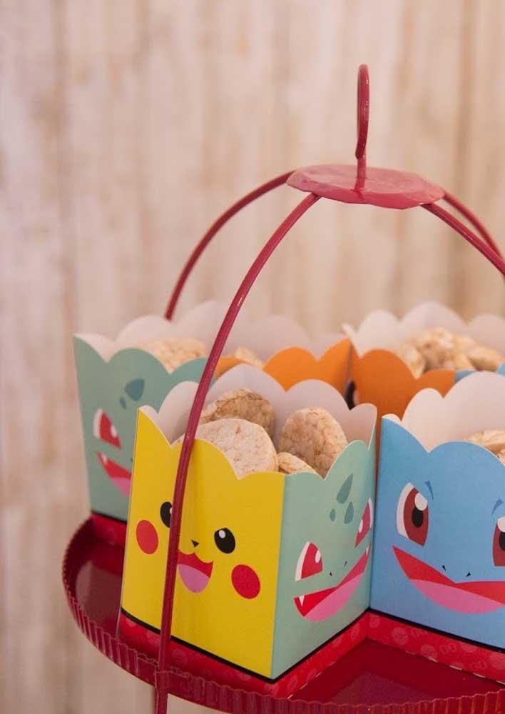Faça algumas embalagens personalizadas com a carinha dos monstrinhos e use para servir as guloseimas aos convidados.