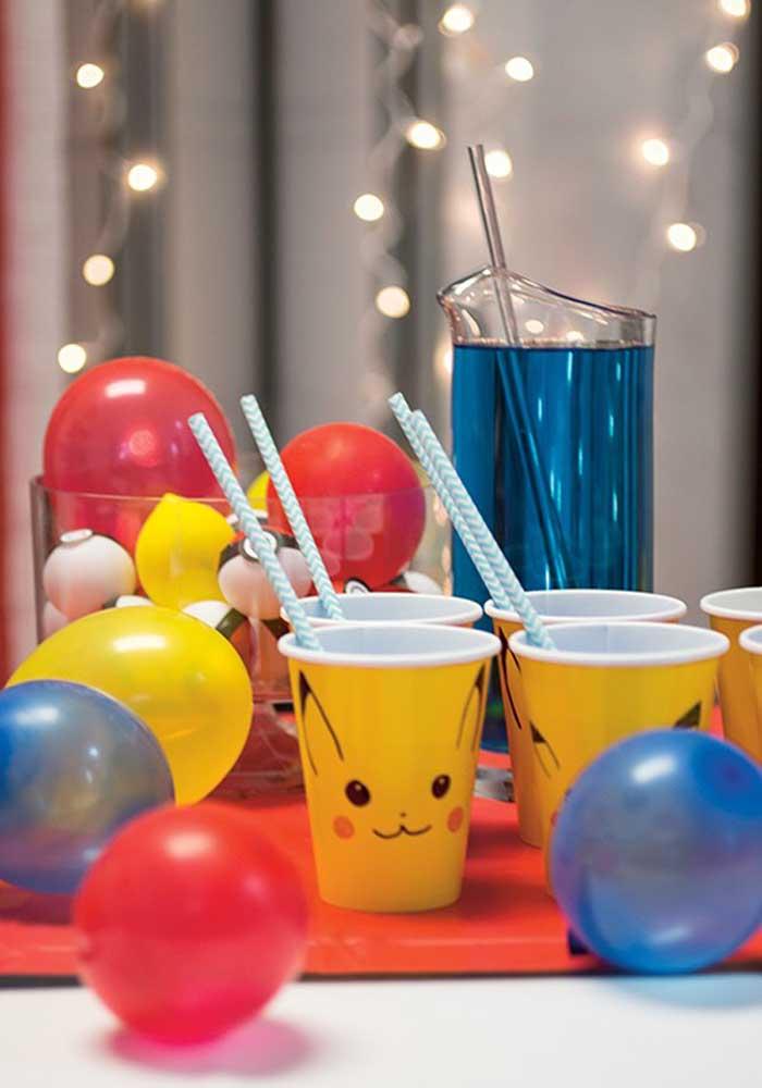 Você pode fazer uma decoração pokemon simples com balões e copos personalizados.