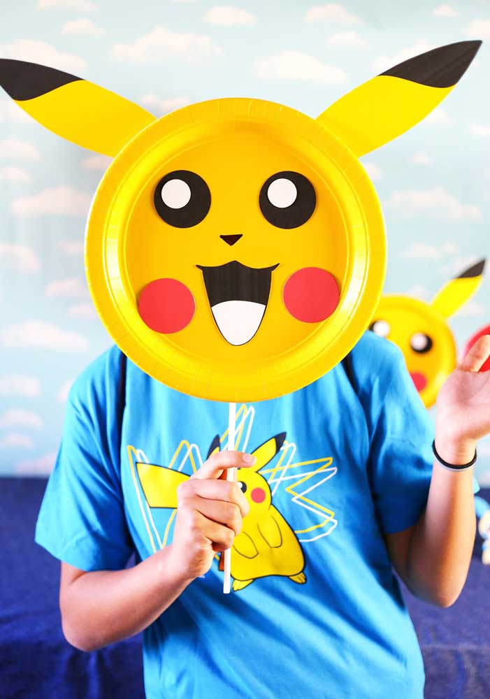 Que tal distribuir máscara do pikachu para os convidados se divertirem na festa?