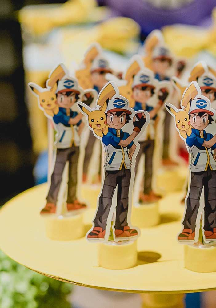Os personagens principais da série Pokemon não podem faltar na decoração da festa.