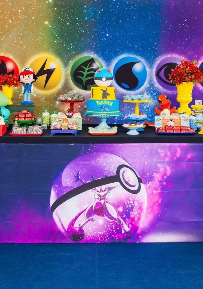 Uau! Que bolo do pokemon e decoração moderna para comemorar o aniversário com o tema Pokemon.