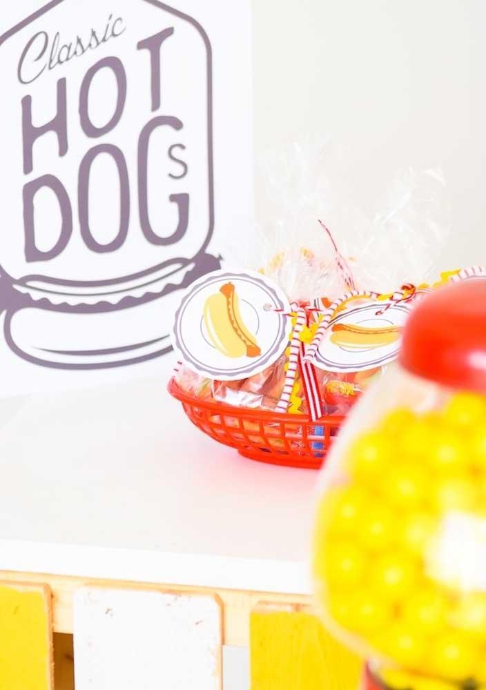 Na festa do cachorro quente infantil é possível até fazer uma lembrancinha de acordo com o tema.