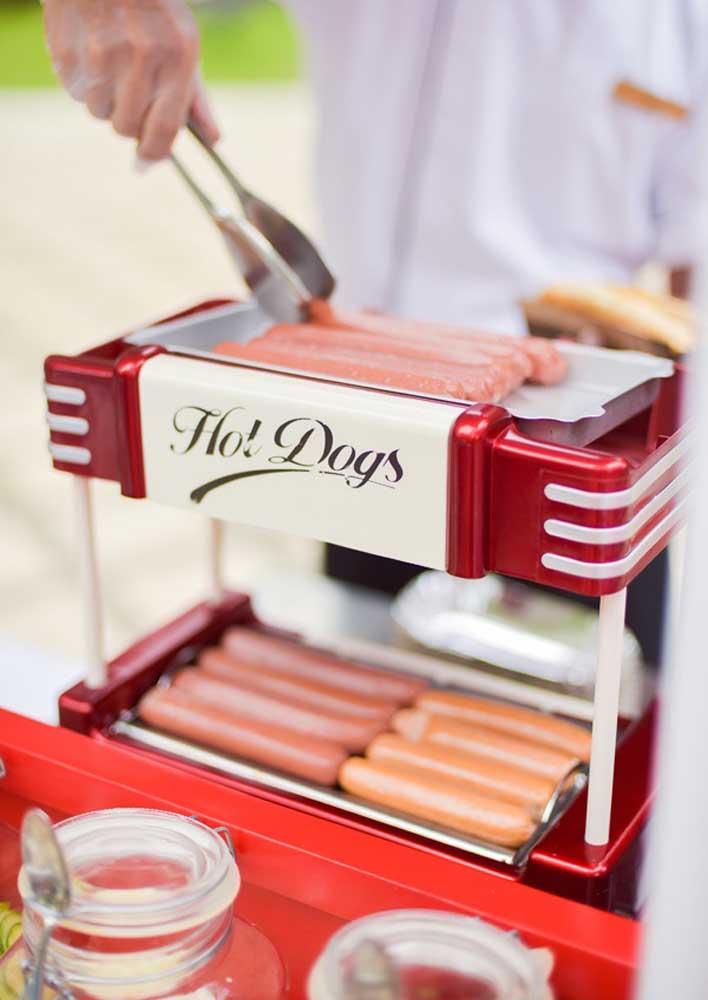 Coloque as salsichas em assadeira elétrica para o cachorro quente ser servido bem quentinho.