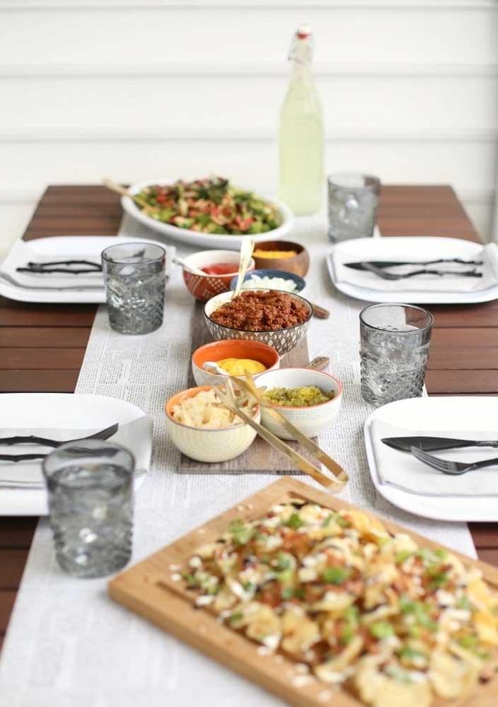 Prepare uma mesa com acompanhamentos para cachorro quente.