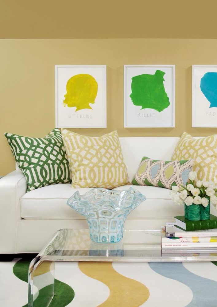 Sala de estar moderna decorada com tom de amarelo fechado combinado com branco, verde e azul nos detalhes