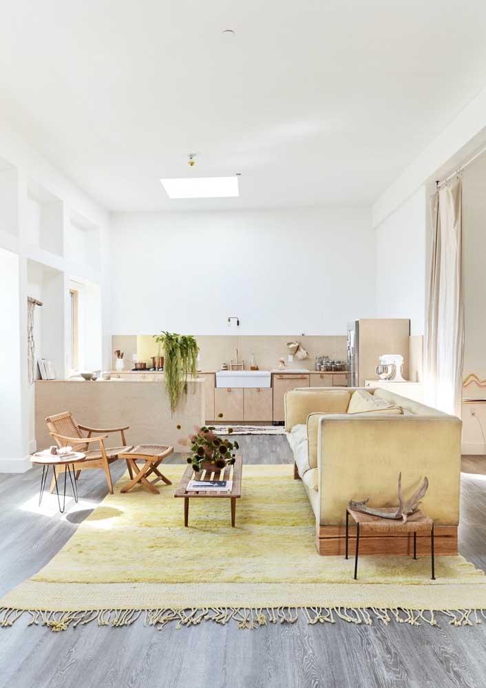Sala de estar rústica integrada a cozinha. Repare que o amarelo cria a sensação de conforto necessária, juntamente com os tons de bege
