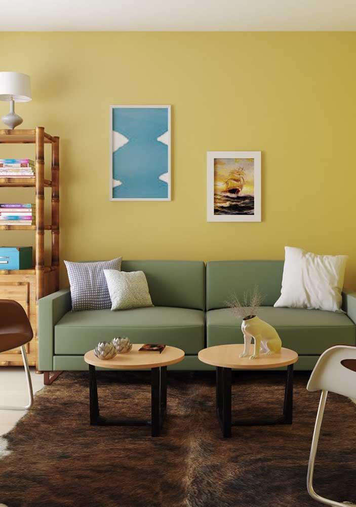 Nessa sala de estar, o amarelo suave na parede é o protagonista da decor
