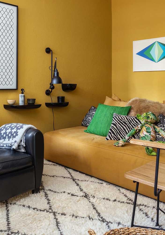 Sala de estar moderna decorada em tons de amarelo escuro, preto e verde