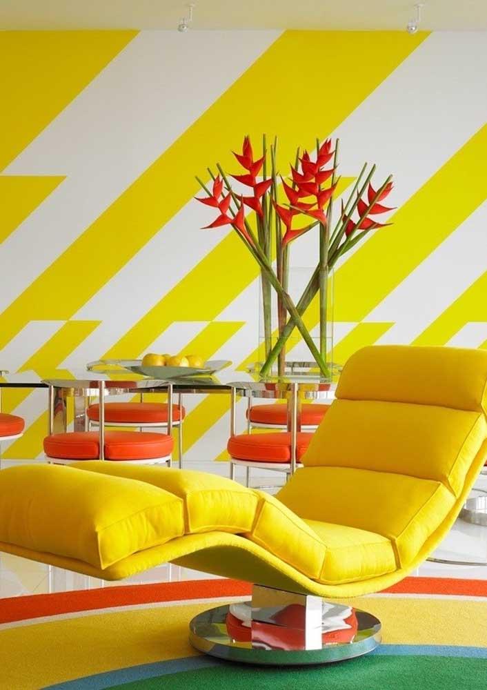 Sala amarela com detalhes vermelhos: calor, vida e energia não faltam por aqui