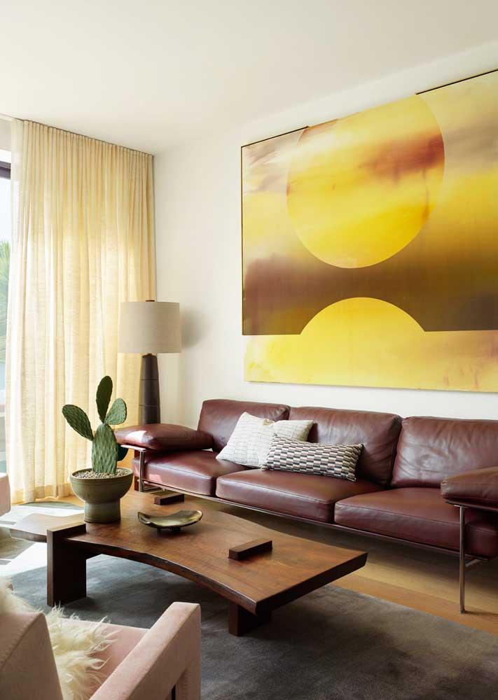 Uma sala de estar clássica marcada pelo uso do amarelo e do marrom