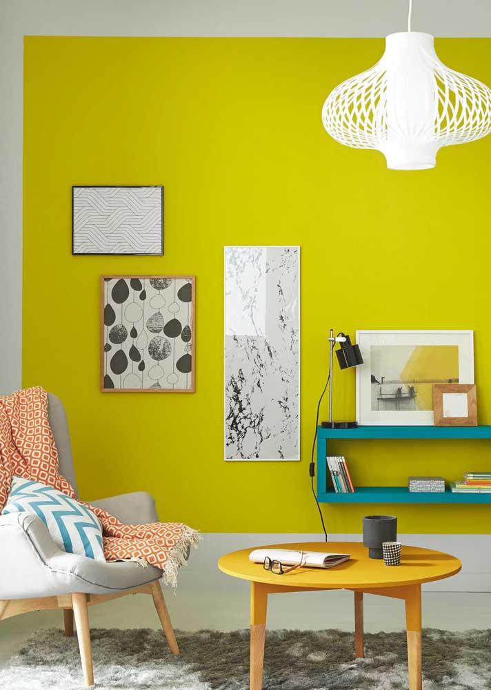 Parede amarela para uma sala moderna de tons neutros